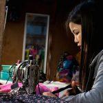 Une Jeune Couturière Au Marché De Bagan