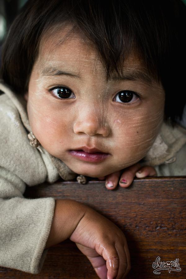 Petite Fillette Birmane Sur Les Bancs De L'église