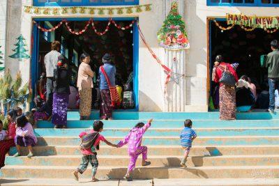 Les enfants jouent durant le déroulement de la cérémonie