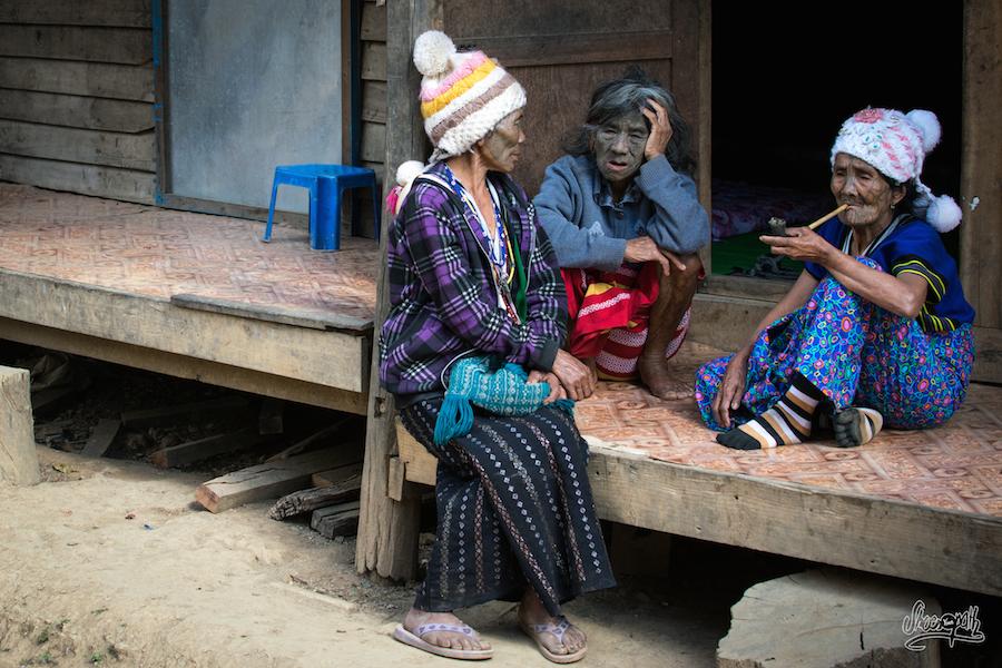 Femmes Au Visage Tatoué, Les Anciennes Font La Causette à L'ombre En Fumant La Pipe
