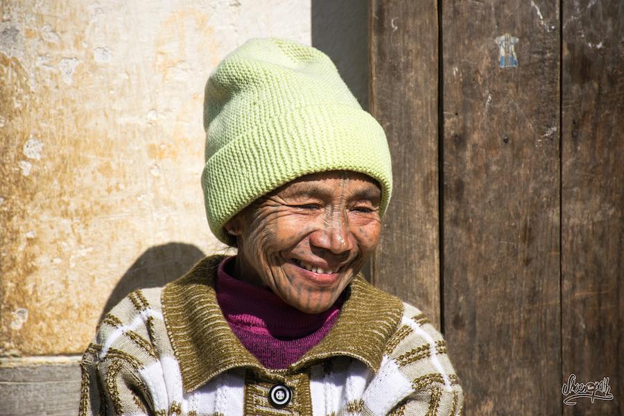 Une Femme Chin Au Visage Tatoué, à La Sortie D'un Mariage