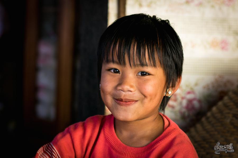 Jeune gamin trainant au marché de Mindat