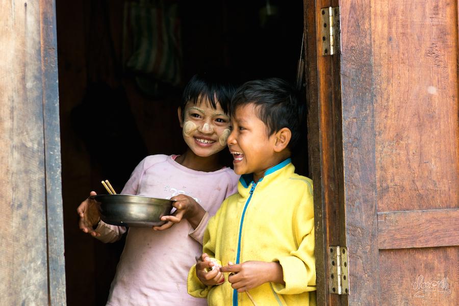 Rires d'enfants au marché de Mindat