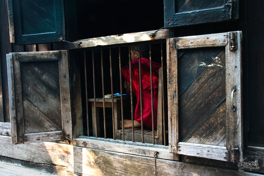 Un Apprenti Moine Sur Les Bancs De L'école Du Monastère De Bagaya à Inwa
