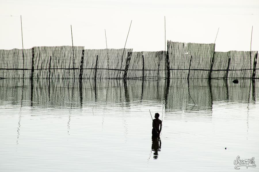 Un pêcheur près du pont d'U Bein. Non, la photo n'est pas en noir et blanc !