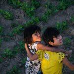 Deux Jeunes Filles Au Pied Du Pont D'U Bein. Le Myanmar Est L'un Des Rares Pays D'Asie Où Nous Avons Vu Des Jeunes Filles Au Cheveux Courts.