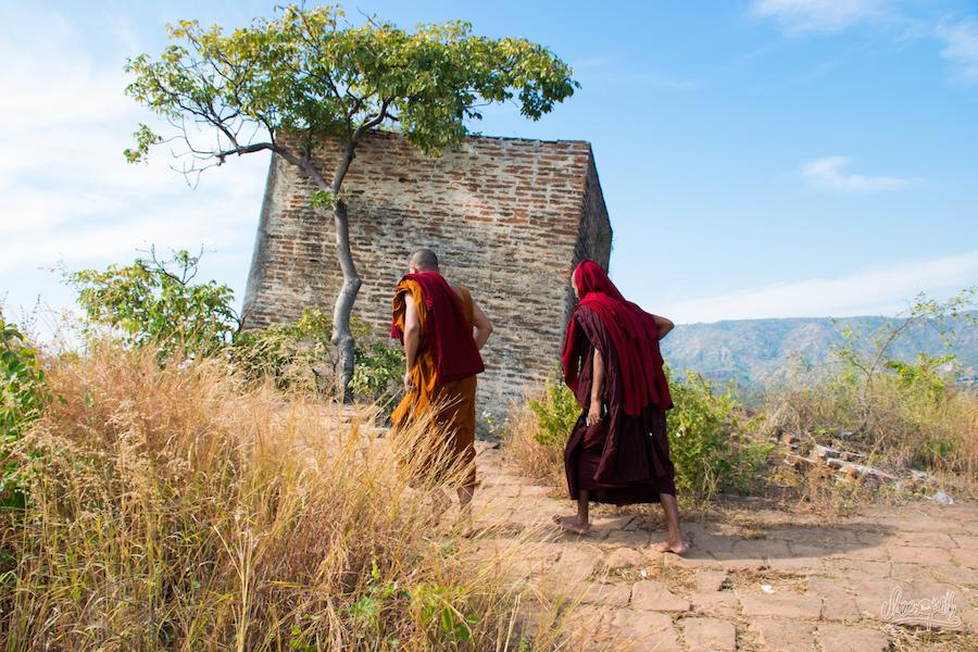 Balade avec des moines sur le toit de la pagode de Mingun