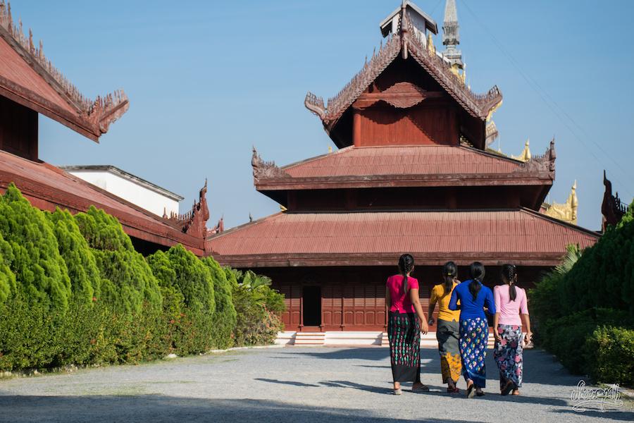 Un groupe de copines au palais royal de Mandalay