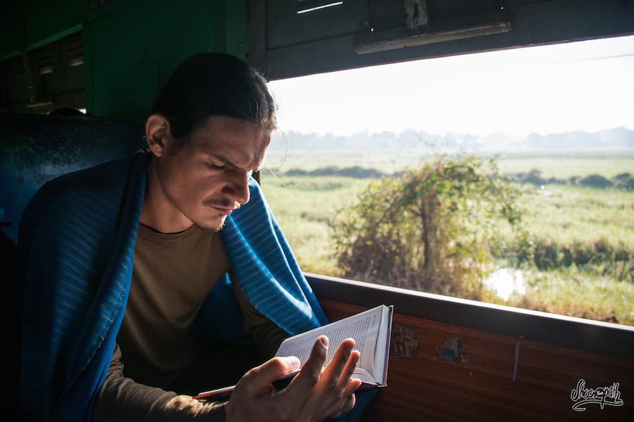 Il Faut Tuer Les 30 Heures De Train Entre Mandalay Et Hpa An... Quentin à Dévoré 2 Livres Et Aurait Bien Eu Le Temps D'en Lire Un 3ème !