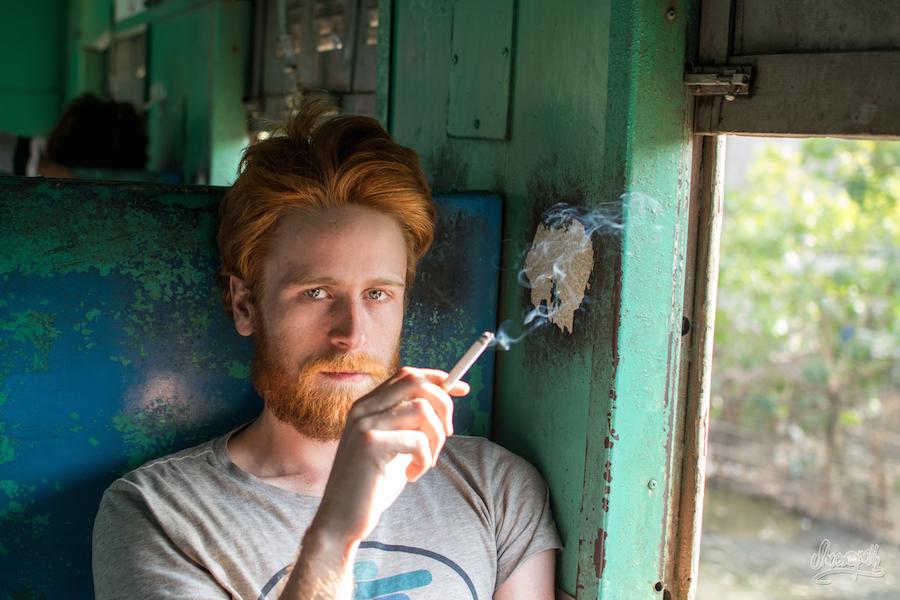 Steffen sur sa banquette de bois dans le train