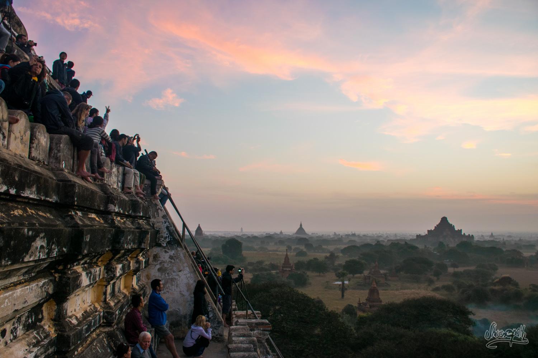 Lever de soleil sur Bagan et troupeau de badauds
