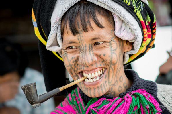 Superbe Femme De Chin Au Visage Tatoué, Dans Les Rues De Mindat