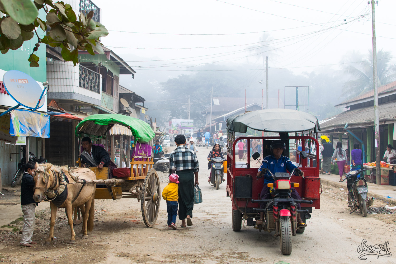 Les rues de Mrauk U, ici deux époques se côtoient…