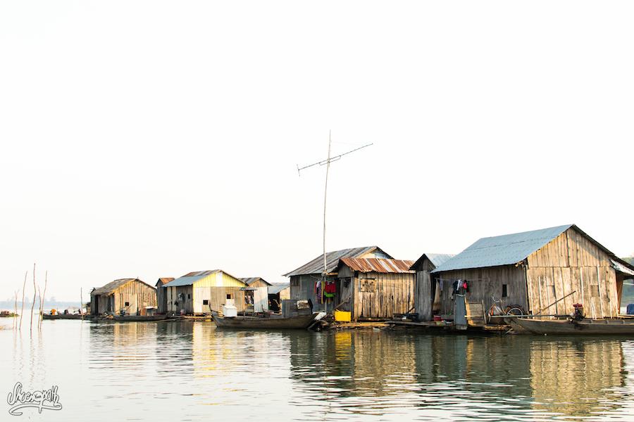 Le Village Flottant De Kho Trong