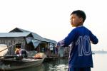 Notre Petit Pilote De Barque Au Village Flotant De Kho Trong, Son Frère Avait Pris La Relève