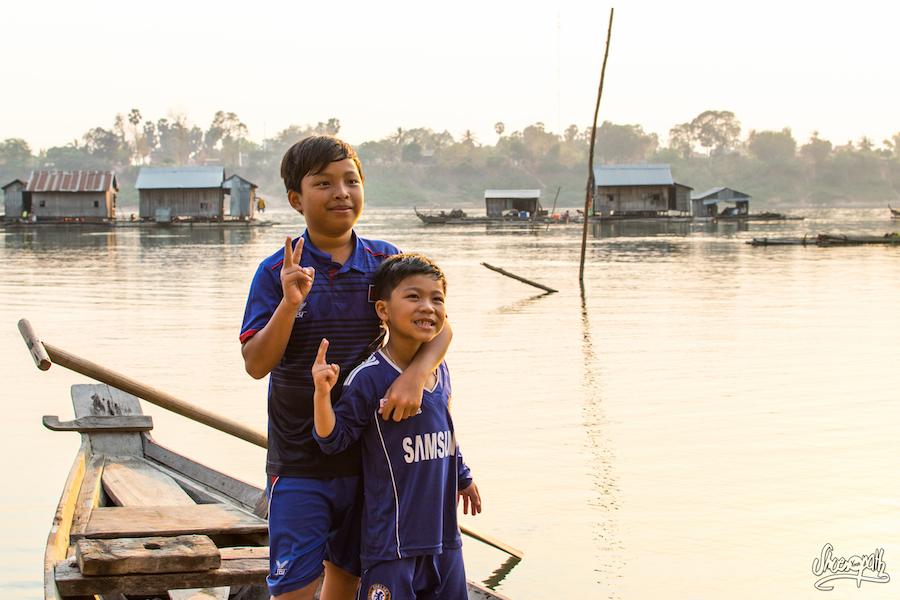 Nos Deux Petits Pilotes De Barque à Kho Trong