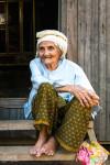 Une Belle Grand-mère Cham Sur Le Pas De Sa Porte