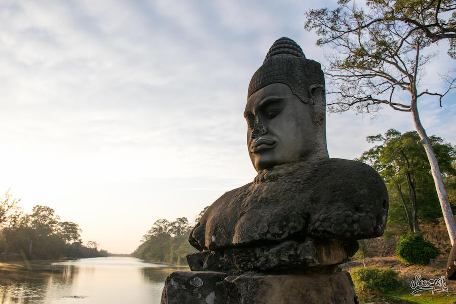 Une Statue Dans La Rangée Qui Garde La Porte D'Angkor Tom