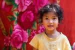 Petite Khmer Devant La Tenture Du Magasin De Ses Parents
