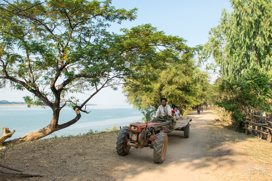 Un Motocultor-benne, Moyen De Transport Classique Le Long Du Mékong