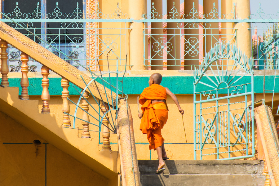 Jeune Moine Au Temple Avant De Monter Sur Le Bateau De Croisière