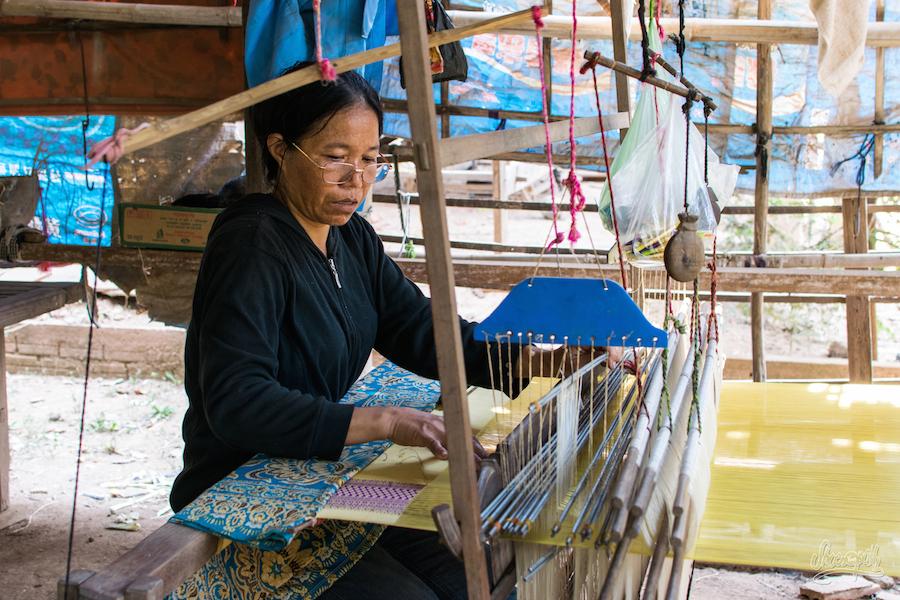 Une tisserande de soie en plein travail