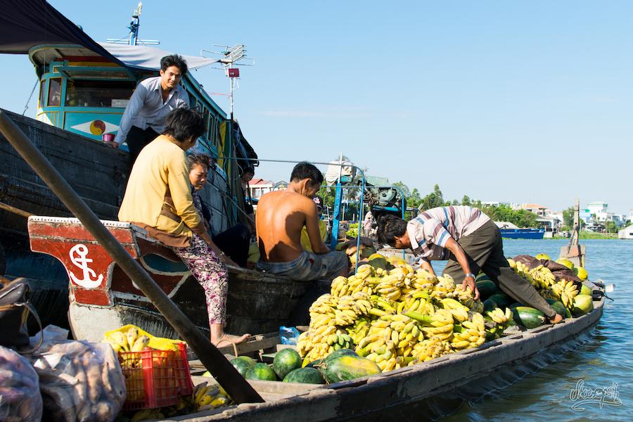 Echange De Produits Au Marché Flottant De Chau Doc