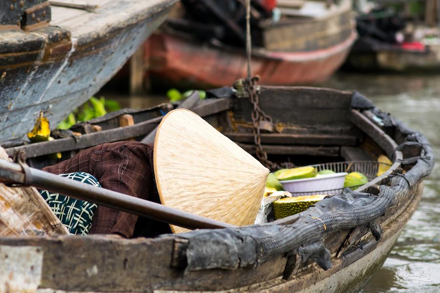 Cachée Derrière Son Chapeau Et Sa Barque