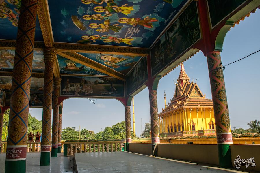 Peintures et temple sur Kho Oknha Tei, une des deux îles de la soie