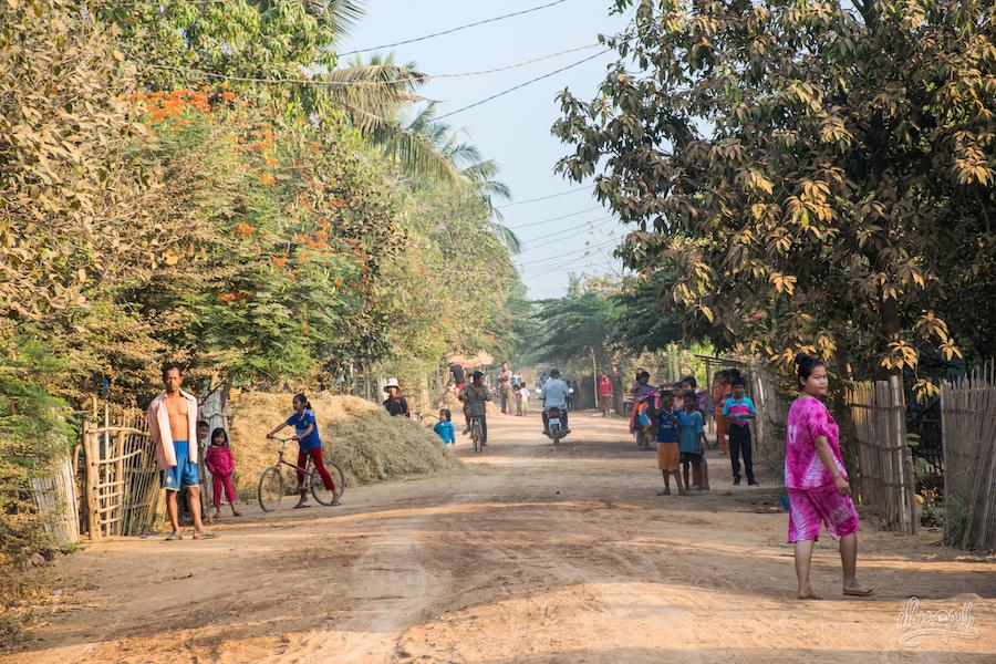 Certains laissent des trainées de poudre d'or derrière eux, nous, nous laissons des trainées de Khmer qui sortent tous de chez sur pour nous regarder passer