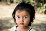 Jolie Petite Gamine Qui Jouait Sur La Piste En Terre