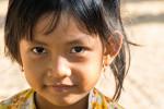 Regard Amusé (par Notre Attirail) D'une Jeune Khmer