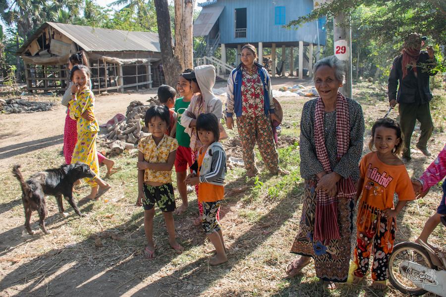 Les Khmers Sortent En Courant De Chez Eux Pour Nous Regarder Passer En Faisant Des Commentaires Visiblement Rigolos