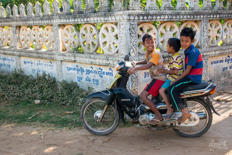 3 gamins en moto. Tout va bien, c'est normal, parfois ils sont 6 !