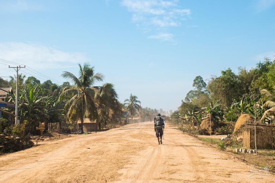 La piste s'élargie en arrivant près du Vietnam...