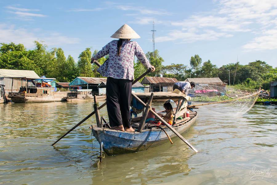 Scéance De Pêche En Famille à Bord De La Barge-maison