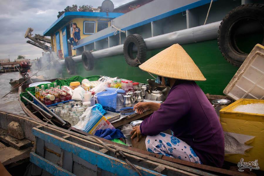 Une Barge-bar Du Marché Flottant De Can Tho