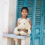 Jeune fille du delta sur le pas de sa porte