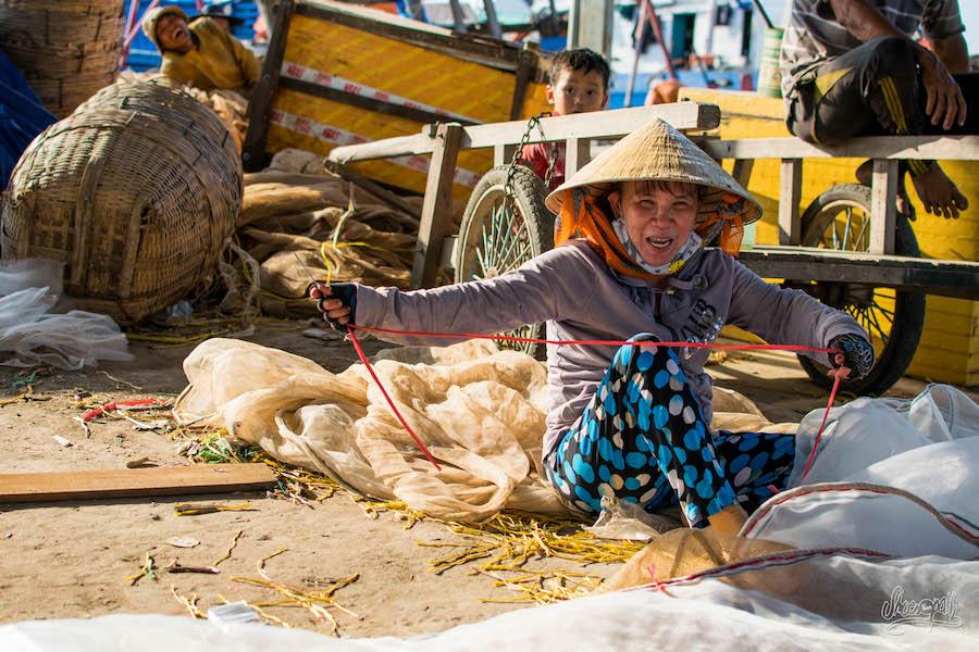 Une Artisan Locale, Réparatrice De Filets De Pêche