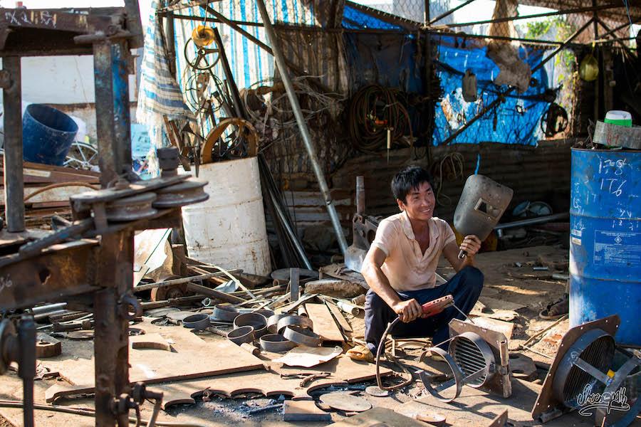 L'homme au mains d'or. Ce mécanicien réparte les bateaux du port de Dinh Van. Il façonne toutes les pièces manquantes à la main !
