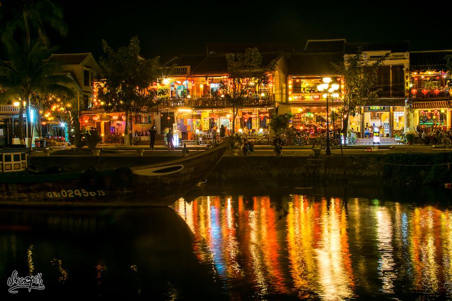 Jusque sur l'autre rive, la vie nocture d'Hoi An est joyeuse et colorée.