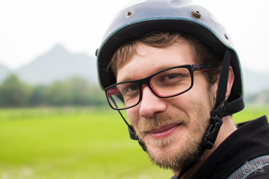 Notre copain Adrien et son casque de scooter hyper sécurisé !