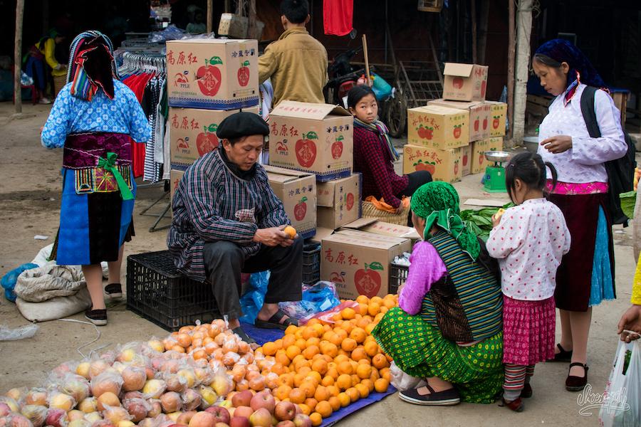 Un marecher sur le marché de Dong Van