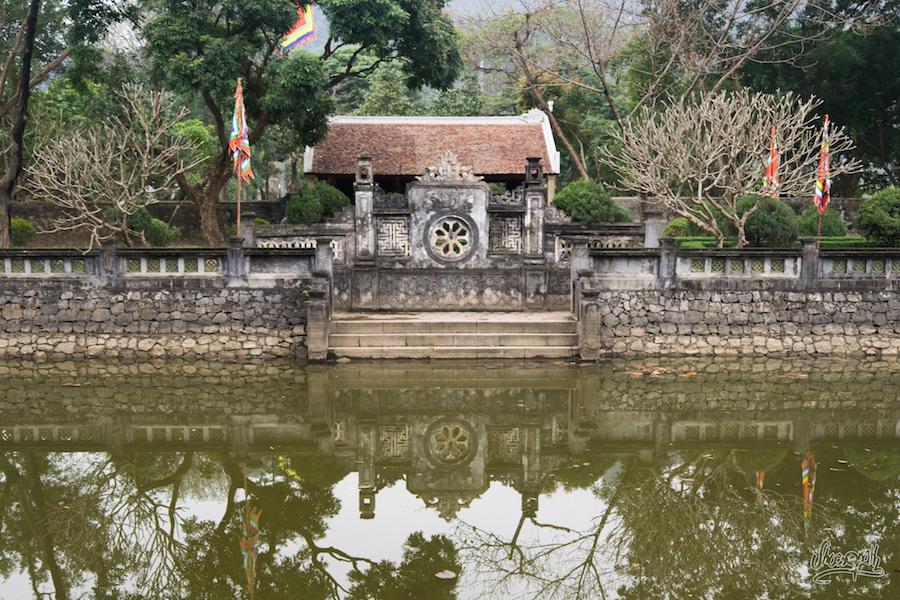 A l'entrée d'un temple d'Hoa Lu