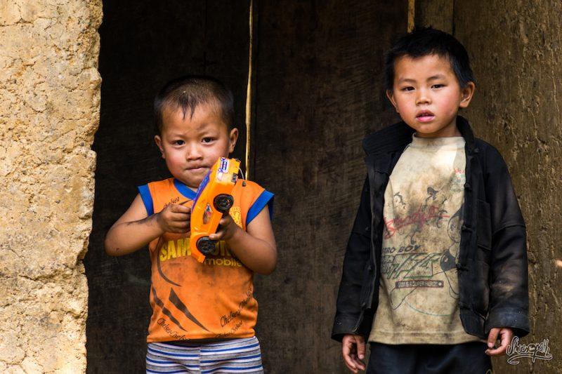 Deux Bambins Sur Le Pas De Leur Porte Dans Un Village De Montagne