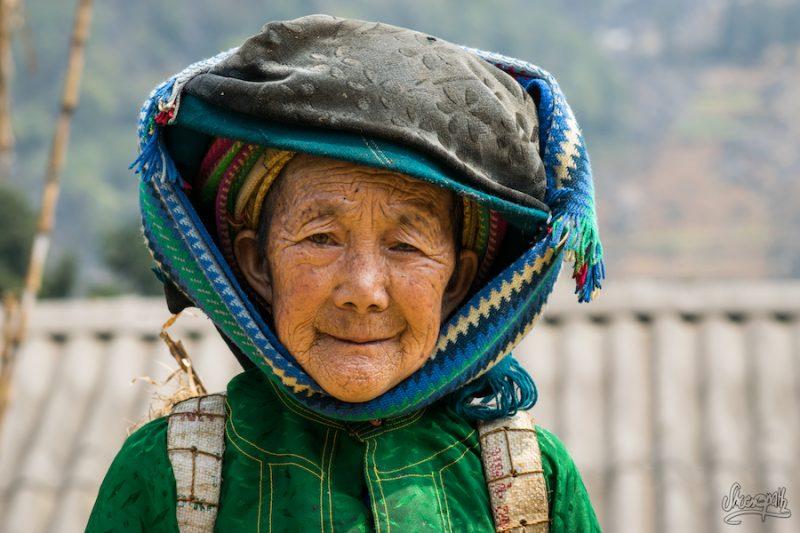 Quelque Part Dans Un Village, Une Vieille Nous Invite à La Suivre Dans Les Champs