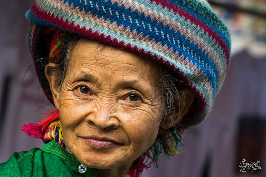 Regards Croisés Au Marché De Dong Van Avec Cette Belle Hmong