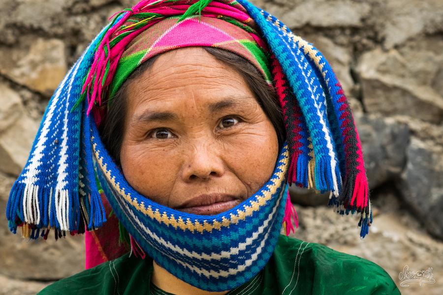 Une Femme Hmong Au Marché De Lung Phin, Il A Fallut Refaire La Coiffe 3 Fois Avant La Photo !