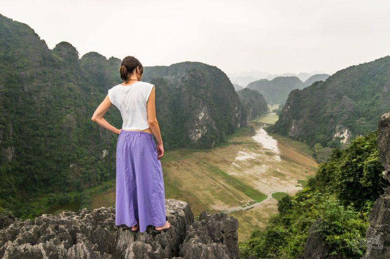 Mariette Apprécie Le Panorama Depuis Le Sommet De Hang Mua