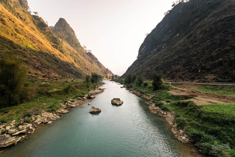 Fin d'après-midi sur une rivière au fond d'une vallée à Ha Giang